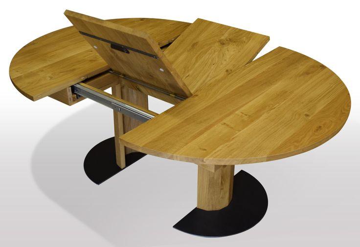 Runder Tisch nach Mass aus Eiche massiv. Ausziehbar per Mittelauszug mit integrierter Klappeinlage. Ausführung auf Holzsäule mit Schwarzstahl Fußplatte in 8mm. Die Säule geht beim Ausziehen mit.