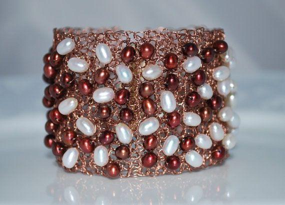 Maglia filo polsino bordato bracciale, braccialetto di filo all'uncinetto, perle d'acqua dolce sul filo bracciale, gioielli di filo Crochet, Cranberry, rame antico