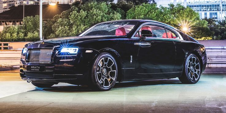 Harry Metcalfe is here to find every single reason why a Wraith Black Badge costs $415,000, starting with 643 lb.-ft. of torque with the traction control off.