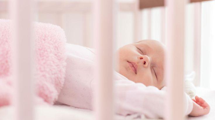 Das Kinderbettchen ist einer der wichtigsten Plätze überhaupt für ein Baby. Deshalb hat 'Öko-Test' Kindermatratzen unter die Lupe genommen: Nur zwei der 15 Produkte bekamen das Testurteil 'gut'.