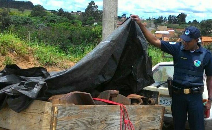 GCM flagra homem furtando engate de trem em Rubião Junior -   Na manhã de terça-feira, dia 15, os guardas civis municipais Batista e Alves, realizaram a prisão de um indivíduo de 50 anos por furto. O fato foi registrado no Distrito de Rubião Júnior, onde segundo denúncia anônima havia um homem subtraindo engates de trem no local e colocando os objetos em - http://acontecebotucatu.com.br/policia/gcm-flagra-homem-furtando-engate-de-trem-em-rubiao-junior/