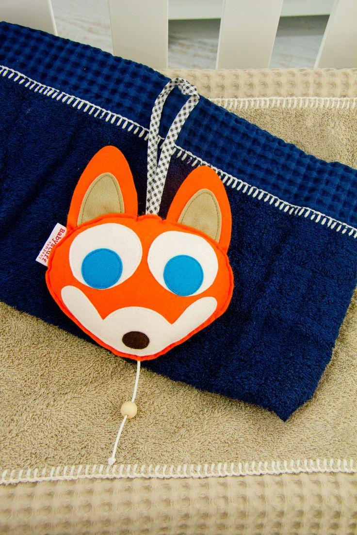 Het muziekdoosje vos Tom is een vilten vosje met muziek. Hij kan makkelijk worden opgehangen. En is een echte aandachttrekker in iedere stoere kinderkamer.