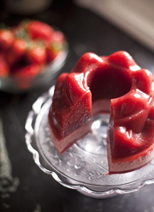 homemade strawberry jello. no more artificial colors + jello from a box! // zoe bakes.