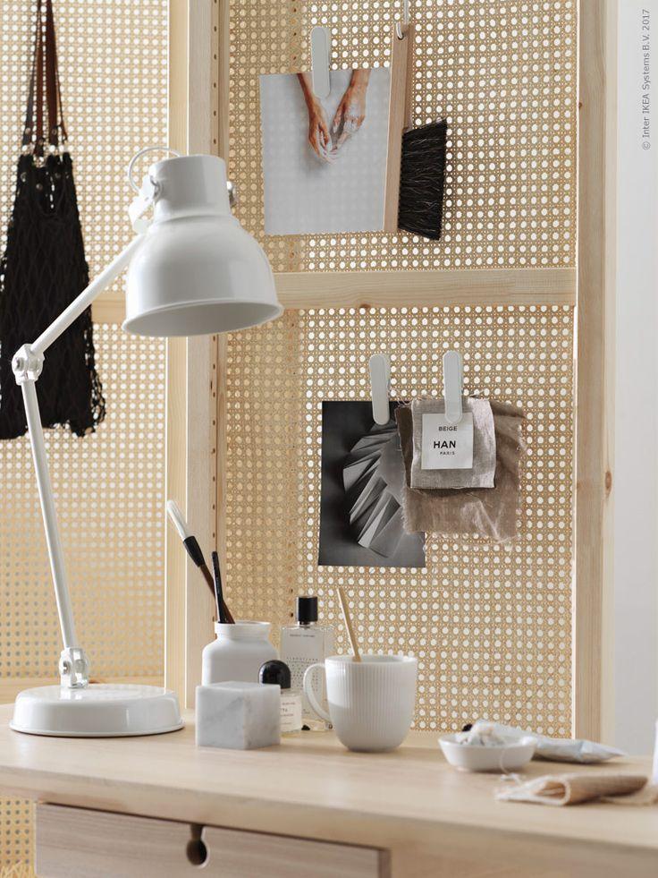 Bygg rottingskärmen med IVAR gavel. Tillsammans med SKÅDIS smarta klämmor och krokar får skärmen en dubbel och dekorativ funktion som anslagstavla och förvaring. LISABO skrivbord, HEKTAR arbetslampa.