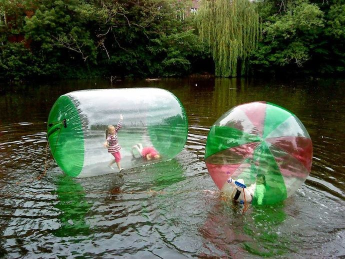 Die Wasserattraktion Megaball auf dem Bergedorfer Schloßteich begeistert die Besucher noch bis voraussichtlich Anfang Oktober. Bei dieser Attraktion handelt es sich um überdimensionale Bälle, die mit Luft gefüllt werden und in denen man auf dem Wasser laufen kann. Megabälle sind sowohl für Kinder als auch für Erwachsene geeignet.