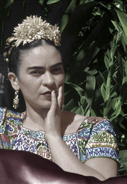 """""""Da bambina crepitavo. Da adulta ero una fiamma"""". Con il caos dentro, Frida Kahlo ci nacque, e non lo addomesticò mai. Continuò a portarselo appresso per tutta la vita, anche"""
