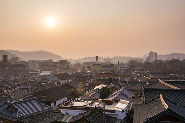 Tandis que le reste de la ville est industrialisé, le village Hanok de Jeonju conserve son charme historique et ses traditions © Kangheewan / Getty Images. http://www.lonelyplanet.fr/article/best-asie-2016-nos-10-coups-de-coeur #village #Hanok #Jeonju #corée #coréedusud #corea #asia #asie #bestinasia #bestof #2016 #voyage