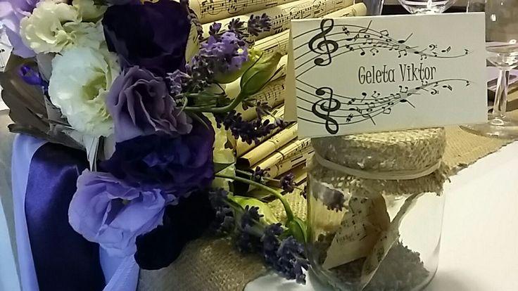 A zene vonzásában. Esküvői dekoráció személyre szabva.