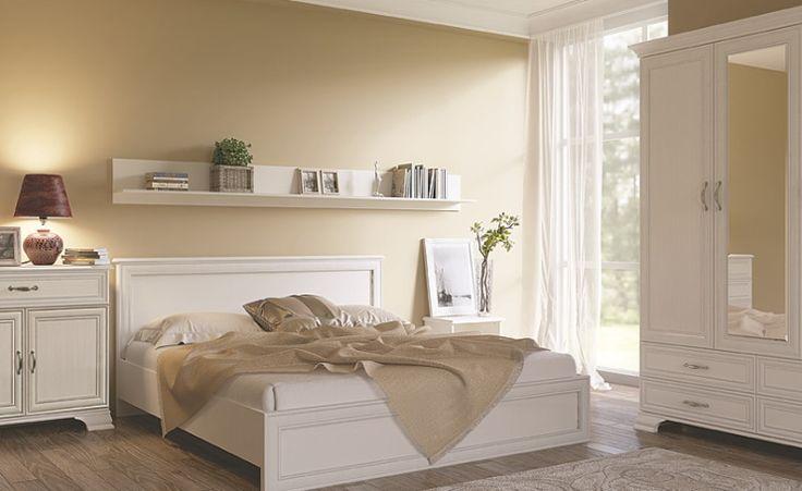 Sypialnia TIFFANY, woodline krem  Meble z kolekcji Tiffany zdecydowanie polecane są osobom, które doceniają tradycję oraz poszukują przytulnej, nastrojowej atmosfery. Charakterystyczną cechą kolekcji są fronty z patynowanym ramiakiem oraz stylizowane uchwyty. Górne wysokie zwieńczenia idealnie komponują się z dolną częścią bryły i nadają jej charakterystycznego, klasycznego wyglądu.
