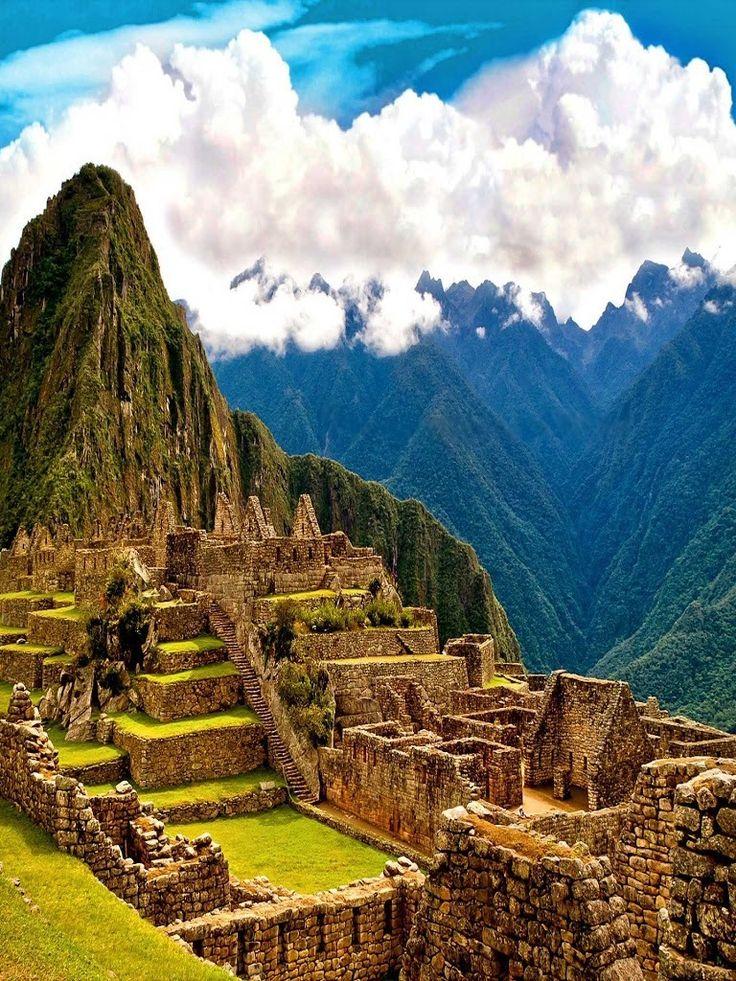 """Machu Picchu (del quechua sureño machu pikchu, """"Montaña Vieja"""") es el nombre contemporáneo que se da a una llaqta (antiguo poblado andino inca) de piedra construida principalmente a mediados del siglo XV en el promontorio rocoso que une las montañas Machu Picchu y Huayna Picchu en la vertiente oriental de los Andes Centrales, al sur del Perú. Su nombre original habría sido Picchu o Picho."""