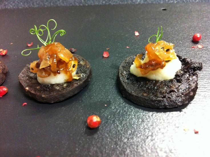 Black pudding with Jerusalem artichoke purée and ...