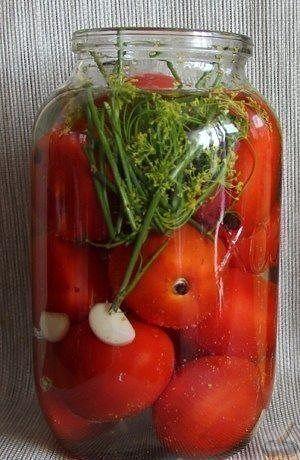 Рецепт помидоров «Пальчики оближешь»  Ингредиенты: Томат (помидор) красный - 3 килограмма Чеснок - 8 зубчиков Лук репчатый - 2 штуки Масло растительное (подсолнечное) - 3 столовые ложки Петрушка (зелень) - 1 пучок Вода - 1 л Уксус 9% - 50 мл Соль - 1 столовая ложка Сахар - 3 столовые ложки Перец черный горошек - 1 щепотка Перец душистый - 1 чайная ложка Лавровый лист - 1 штука.  Приготовление  1. Выкладываем на дно чистой банки рубленую зелень петрушки и чеснок, а затем заливаем прокаленное…