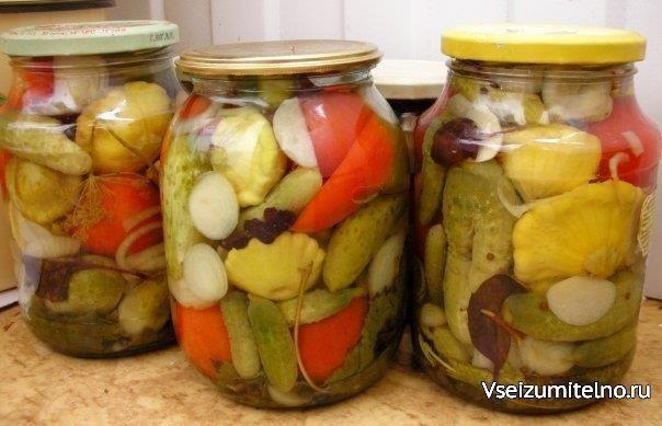Маринованные овощи.    В стерильные банки уложить веточки черной смородины, вишни, зонтики укропа, листья хрена и базилика, кориандр, кольца лука и пластинки чеснока. Затем овощи – помидорки, огурчики, патиссоны, болгарский перец.  Залить кипящей водой. Дать немного остыть. Воду слить и из нее сделать маринад.  На 1 литр воды – 1,5 ст. л соли, 1 ст. л сахара, 1ст. л 70% уксуса, гвоздика, черный перец горошком. Кипятить минуты 3 и залить в банки. Закрыть стерильными крышками.