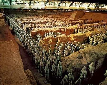 Mausoleo de Qin Shi Huang. Aunque ahora los guerreros de terracota son una gran atracción turística, estos siete mil soldados labrados, cada uno, con la personalidad de uno de los soldados Qin Shi Huang, continúan protegiendo el tesoro por el que fueron inmortalizados, la tumba de su emperador, la que no ha sido abierta desde que fue descubierta en 1974.