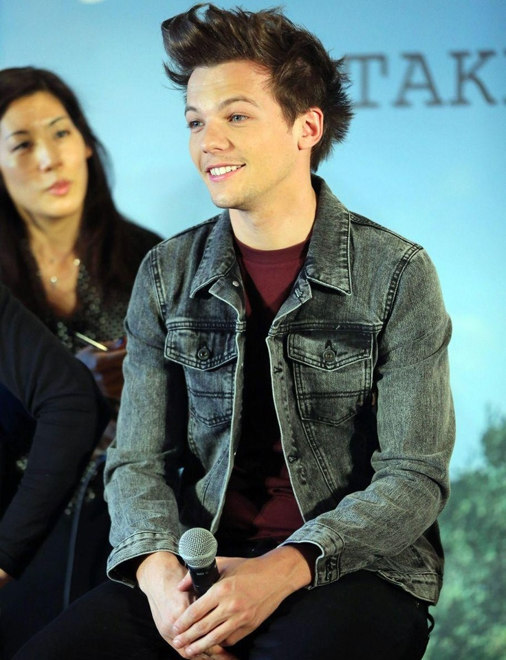 Louis Tomlinson, haha that lady in the back though