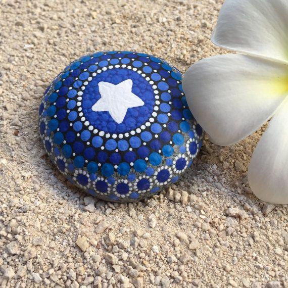 Ähnliche Artikel wie Stern, Schattierungen von blauer Punkt gemalt Stein, Original handgemalte Felszeichnungen, Mandala Stein, Natur-Kunst auf Etsy