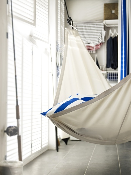 Who says you need a boat or beachfront property to let your mind sail away? Even a functional space can become a relaxation destination – just hang up a DYNING hammock.