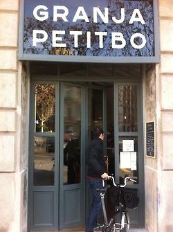 Granja Petitbo - en Aragó con Passeig Sant Joan - Barcelona: Informal, gente joven, tomar algo y grandes colas. Recomiendo el zumo de naranja, manzana y zanahoria.