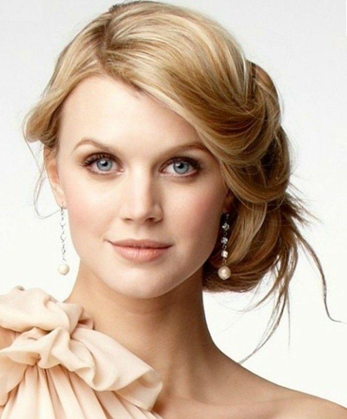 Braut Make Up Dezent Schminken Blonde Haare Blaue Augen Natuerlicher Look Seitliche Frisuren Hochzeitsfrisuren Brautfrisur
