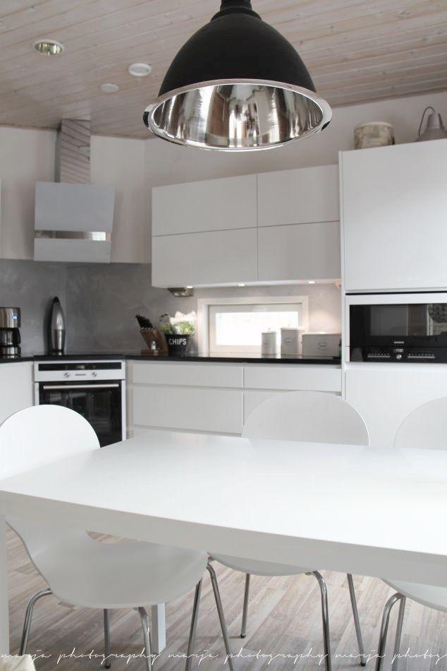 Kodikas valko-musta-harmaa keittiö