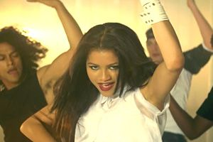 Video Premiere: Zendaya - Replay
