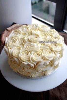 Кокосовый торт украшенный кремовыми розами
