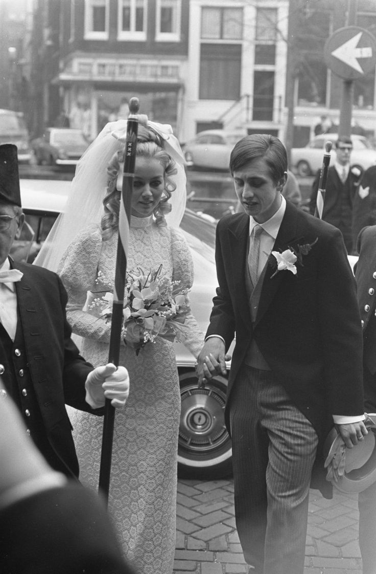 Johan Cruyff and Danny Coster arriving at City Hall on their wedding day, December 2, 1968.Source: ANP