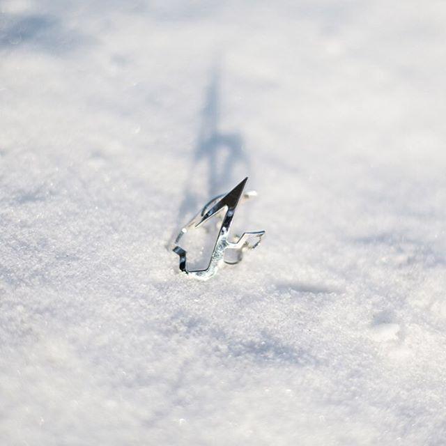 Pierścionek z kolekcji #LOVEME @mateuszsuda dla @altradea w ❄️ wygląda pięknie, prawda ? więcej zdjęć na FB:@picapicapl  #ring #jewellery #snow #silver #beautiful #day #sunny #snow #winter #ring #frozen #blogger #snowflake #nature #crystals #cold #shape