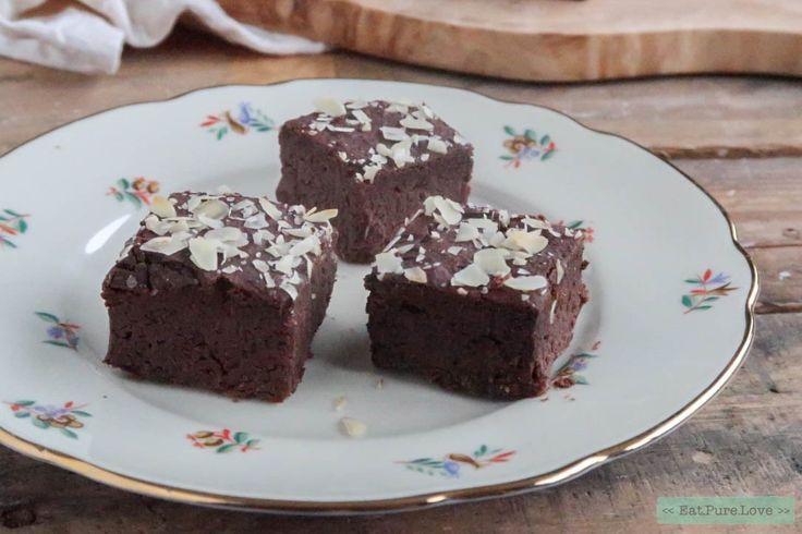 Deze glutenvrije chocolade brownies zijn heerlijk zoet! En doordat je in deze brownies zwarte bonen stopt, krijg je een heerlijk smeuïg baksel. Enjoy!