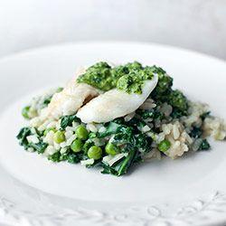 Risotto z jarmużem i groszkiem podawane z rybą i zielonym pesto | Blog | Kwestia Smaku