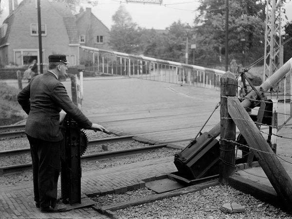 treinwachter bij overweg