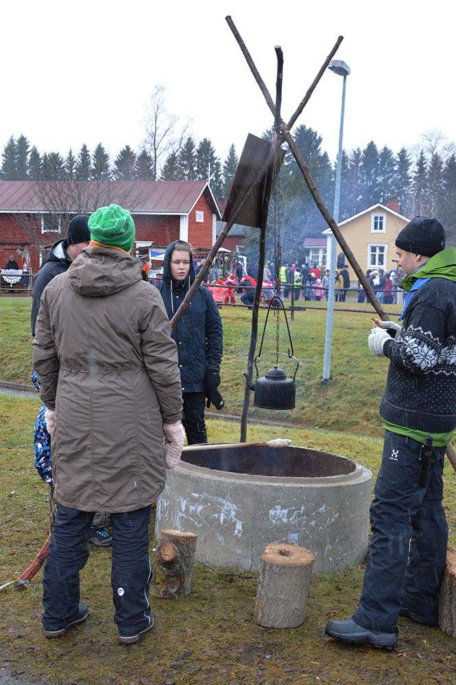 Markkinoilla on tarjolla monenlaisia herkkuja: voi paistaa tikkupullaa, nauttia räiskäleitä tai maiskutella riisipuurolla. Luuppi, Oulu (Finland)