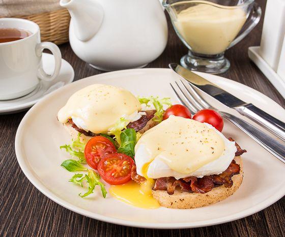 """А вот и обещанные яйца """"Бенедикт"""". Это один из классических вариантов завтрака. Это блюдо объединяет в себе яйцо пашот, обжаренный бекон, уже известный вам голландский соус и английский маффин. В этот раз я не пекла английские маффины, а лениво использовала булочки для гамбургеров - никто не мешает вам тоже так поступить  Завтрак получается очень [...]"""