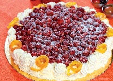 Torta dolci note ai frutti rossi e panna montata