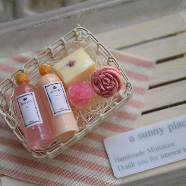 ❁2016.05.19❁︎ ❁︎ ミニチュア  入浴剤セット ❁︎ ❁︎ ❁︎ 入浴剤セットを作りました♪ カゴも作りました💦 塗装も初めてしてみました。 アイボリー¨̮♡︎ ❁︎ こちらはピンクのセット、 シャンプー コンディショナー 石鹸 ❁︎ 色違いも載せます♪ ❁︎ ❁︎ ❁︎ #ミニチュア #ミニチュアセット #ハンドメイド #shampoo #conditioner #シャンプー #コンディショナー #miniature #miniatureset #handmade #石鹸 #カゴ #ワイヤー #wire