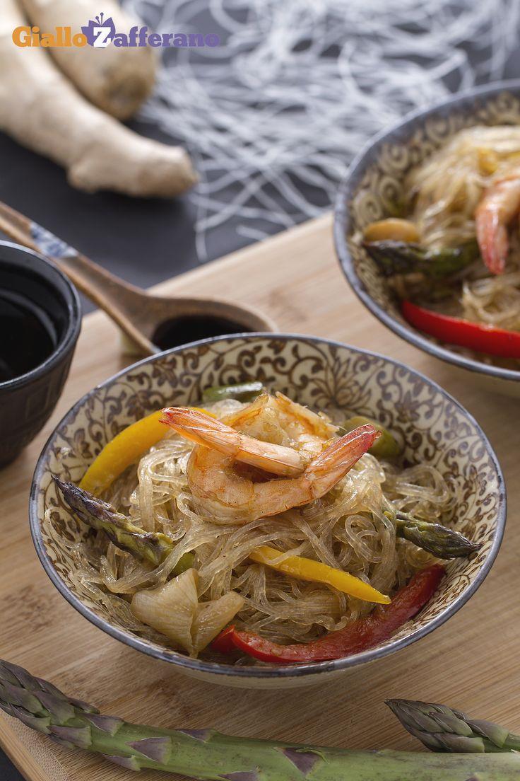 Gli #SPAGHETTI DI SOIA CON VERDURE E GAMBERI (soy noodles with shrimps and vegetables) sono un primo piatto orientale, ipocalorico e adatto ai #celiaci. #ricetta #GialloZafferano