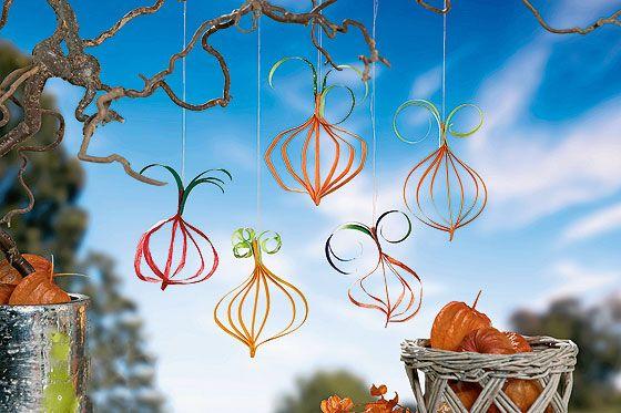Herbstdeko basteln KürbisHänger aus Papier  Basteln and