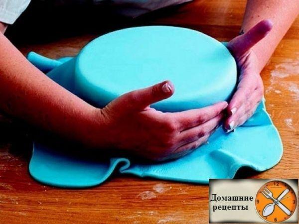 Для украшения и оформления тортов используются разнообразные техники и материалы. Одним из самых распространенных считается мастика.
