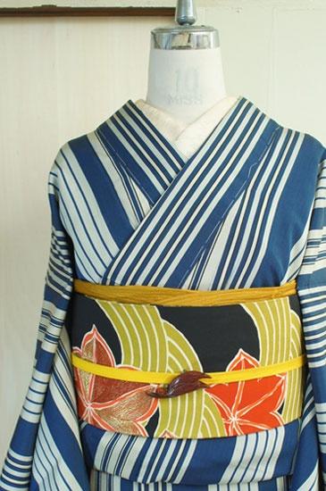 灰色みをおびた渋みのある紺青とグレーで織り出されたストライプが粋な大正ロマンなムードただよう袷着物です。