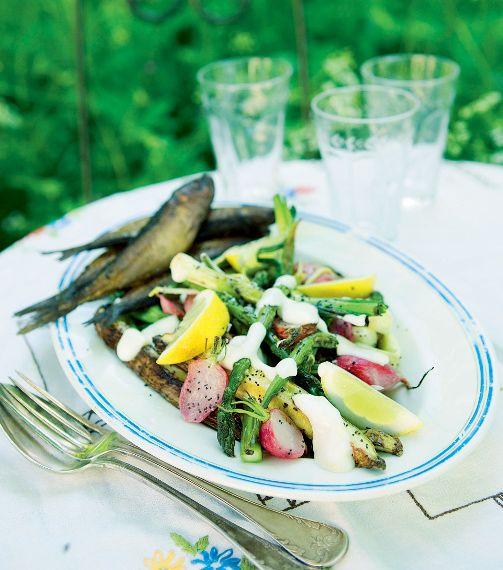 Sommarsallad med vallmorostade primörer, rökt fisk och citronsås