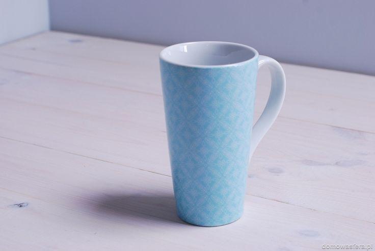 Wysoki kubek w kolorze niebieskim. Pomalowany dwoma warstwami farby, co daje efekt wypukłego i kwiecistego wzoru. Idealny dla fanów minimalizmu i oczywiście herbaty!