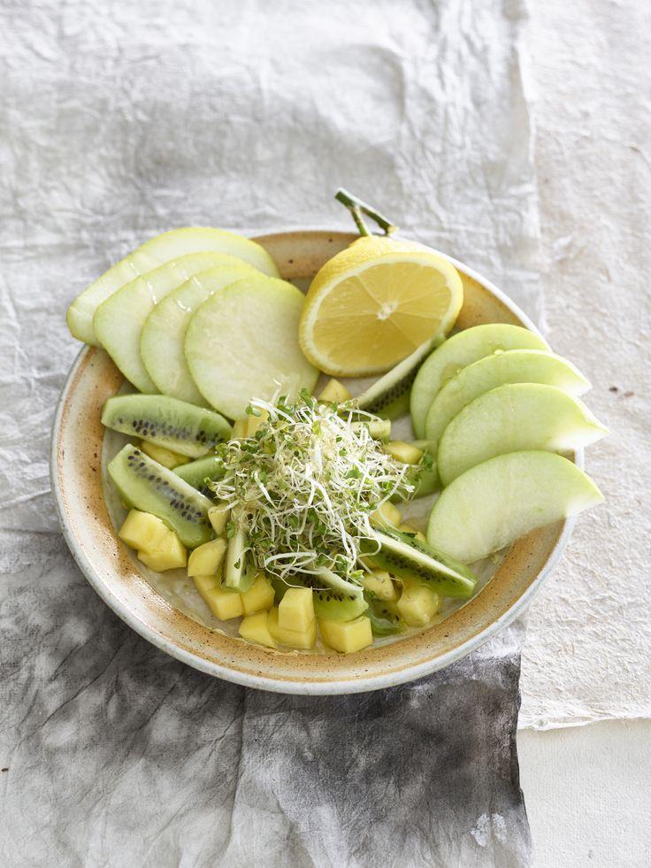 Groene fruitsalade met broccolikiemen. Hou je niet van kiemen? De salade is ook erg lekker zonder!