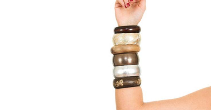 Por qué las mujeres indias usan brazaletes. Los brazaletes son un tipo de joyas de pulsera rígida que hoy vienen en muchas variedades, que van desde pulseras de plástico coloridas que se venden en cadenas de almacenes a joyería de oro cara y compleja. Son usadas en todo el mundo por estilo y moda, pero los brazaletes son originarios de una serie de costumbres específicas de la cultura india ...