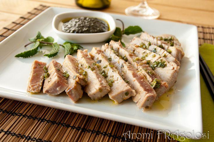 tonno scottato con pesto alla menta: filetto di tonno servito