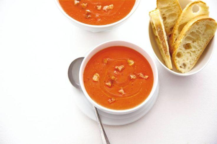 24 augustus - Romatomaten + bleekselderij + gerookte spekreepjes + ciabattina in de bonus - Een heerlijk Italiaanse soep en lekker zout door de spekjes - Recept - Allerhande
