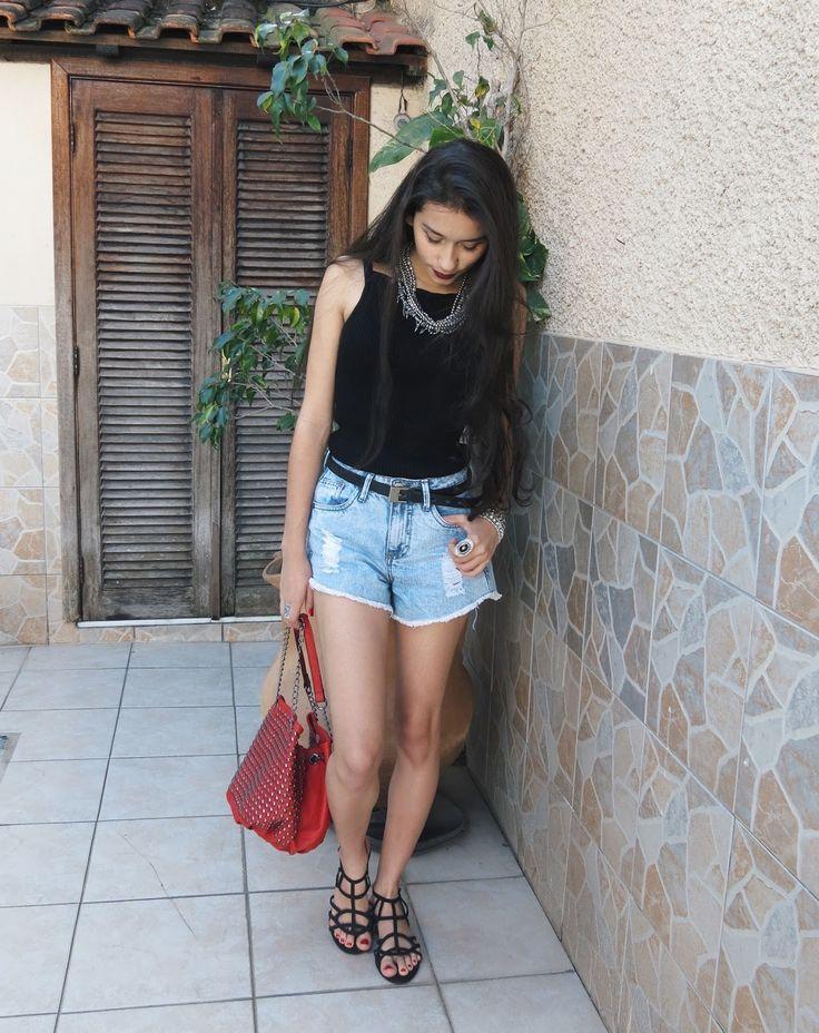 Blusa preta + Short com cinto + Sandália