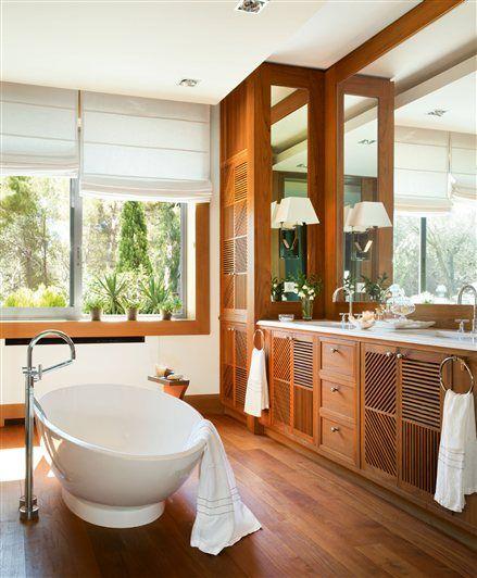 Baño de madera hacia los lavamanos