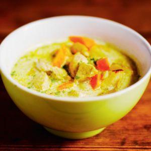 Tuure Kilpeläinen rakastaa keittoja. Mehevän kanakeiton mausteena on curry, jota voi lisätä ruokaan oman makunsa mukaan.