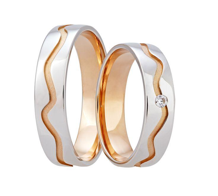 Krásné prsteny z bílého a červeného zlata zdobí výrazná vlnovka, táhnoucí se po celém obvodu.