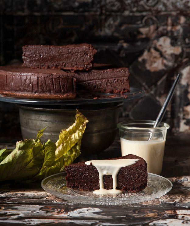 Τέσσερα μόνο υλικά και λίγος χρόνος αρκούν για να απολαύσετε αυτή τη νόστιμη και απλή σοκολατόπιτα.